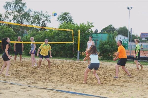 Beachvolley-Gruppe in Aktion