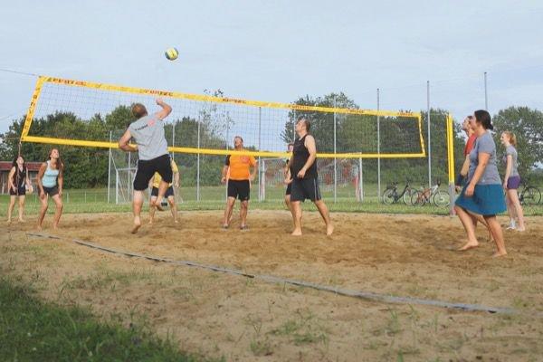 Beachvolleyball-Gruppe in Aktion